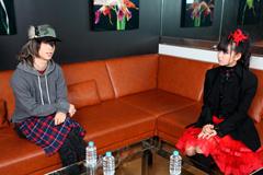 写真は左から武瑠、SU-METAL。