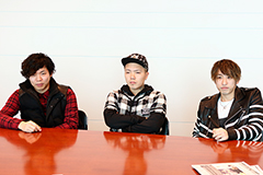 左からGORI(B)、TEEDA(MC)、KENJI03(Vo, MC, G)。