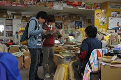 映画「バクマン。」で再現された「週刊少年ジャンプ」編集部の様子。