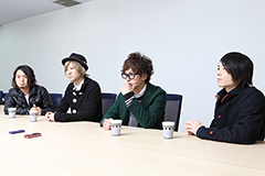 左から辻村勇太(B)、江口雄也(G)、田邊駿一(Vo, G)、高村佳秀(Dr)。