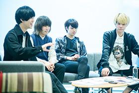 左から飯村昇平(Dr)、鍔本隼(G)、冨塚大地(Vo, G)、白澤直人(B)。