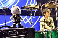 京セラドーム大阪公演でのニコルと升秀夫(Dr)。