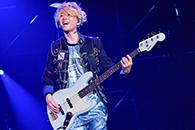 京セラドーム大阪公演での直井由文(B)。
