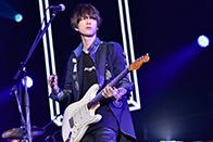 福岡 ヤフオク!ドーム公演での増川弘明(G)。