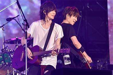 日産スタジアム公演での藤原基央(左 / Vo, G)と増川弘明(右 / G)。