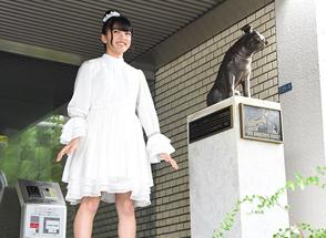 ビクタースタジオの前で回る上田理子。