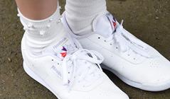 瀬田さくらの靴。メンバーカラーの刺繍が入っているのはスタイリストのこだわり。