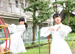 公園での撮影に臨む西垣有彩、上田理子。