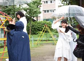 公園での撮影に臨む春乃きいな、瀬田さくら。