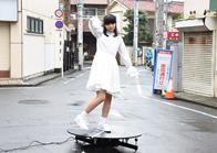 交差点に設置した回転台でポーズを取り、回る西垣有彩。
