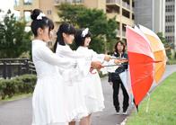 傘を回す上田理子、西垣有彩、春乃きいな。