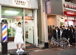 床屋の前で回転する上田理子。