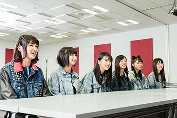 小野武正による「BDM」の解説を聞くばってん少女隊。