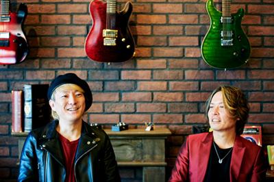 左から松隈ケンタ(G)、井上マサハル(Vo)。