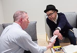 リチャード・カーペンター(左)にNONA REEVESのアルバム「MISSION」を手渡す西寺郷太(右)。