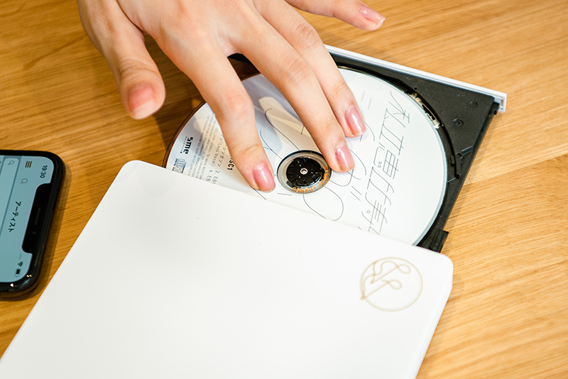 CDレコに私立恵比寿中学「シンガロン・シンガソン」のディスクをセット。