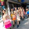 ニューヨークの街を歩くCheeky Parade。