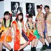 アーティストの写真前で記念撮影する永井日菜、島崎莉乃、関根優那、溝呂木世蘭、小鷹狩百花。