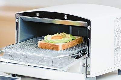 トースターで焼く前のアボカドエッグトースト。