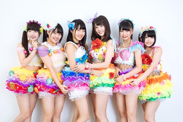 虹のコンキスタドール赤組。左から大和明桜、的場華鈴、奥村野乃花、鶴見萌、中村朱里、根本凪。