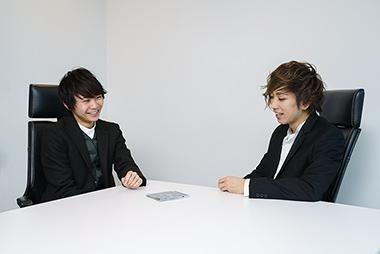 左から須賀健太、Fümi。