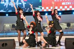 東京・池袋サンシャインシティ噴水広場での「Be!」リリース記念イベントの様子。