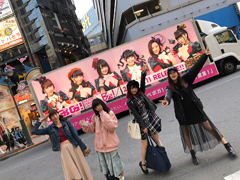 アドトラックをバックに記念撮影するベボガ!(写真提供:日本コロムビア)。