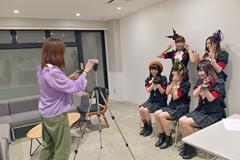 コメント動画を撮影する杉岡由梨香氏(左)とベボガ!(右)。