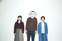 左から川越玲奈(B, Vo / CRUNCH)、サレンダー橋本、堀田倫代(G, Vo / CRUNCH)。