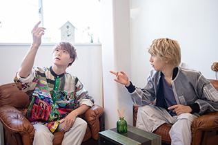 共用スペースで会話を繰り広げる優(左)と末吉9太郎(右)。