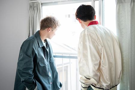 外を見ながら会話を繰り広げる綾介(左)とTAKA(左)。