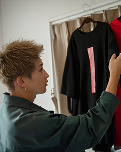 自室にTシャツをかける綾介。