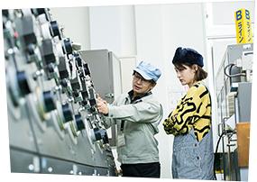 コムアイによる工場見学の様子。