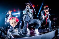 「ONE OK ROCK 2018 AMBITIONS JAPAN DOME TOUR」東京・東京ドーム公演にて「Skyfall」を歌唱するMasato(coldrain)、Taka(ONE OK ROCK)、Koie(Crossfaith)、MAH(SiM)。(Photo by JulenPhoto)
