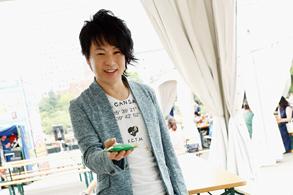 アーケードゲームを楽しむ田川伸治(G)。