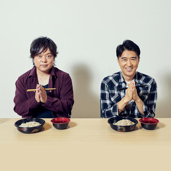日本そばを食べる山根公路(Key)、池森秀一(Vo)。