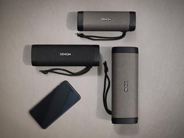 デノンのBluetoothスピーカー「Envaya」シリーズラインナップおよびスマートフォン。