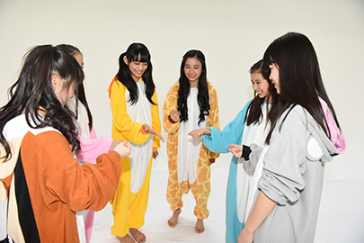 チーム分けのじゃんけんを行うメンバー。その結果、KAEDE.&SATSUKI.、NANOHA.&KURUMI.、AI.&YUME.という組み合わせになった。