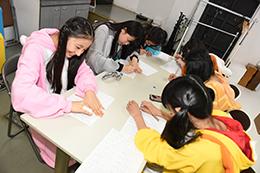 漢字テストを行う6人。