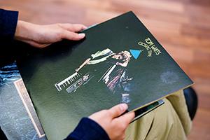 トム・ウェイツ「Closing Time」のアナログレコードを手にする折坂悠太。