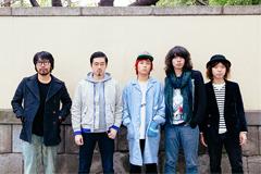 左から曽我部恵一、OKAMOTO'S。