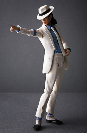 アルバム「Bad」の収録曲「Smooth Criminal」のビデオクリップの衣装を忠実に再現。
