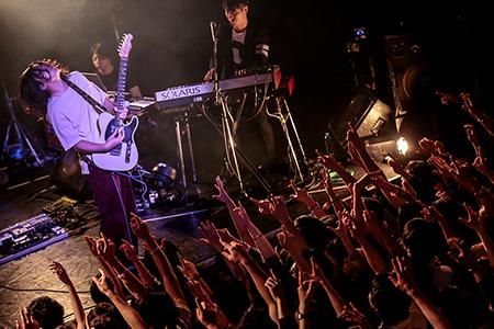 """パスピエ「パスピエ TOUR 2017 """"OTONARIさんのONOMIMONO""""」の様子。(Photo by Yosuke Torii)"""