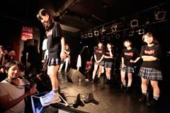 2014年7月に東京・TSUTAYA O-Crestにて行われたイベント「Victory LIVE 二回の表『次回CDリリースできるかな?大発表会』」での公開体重測定の様子。