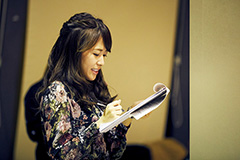 Do As Infinityのリハーサルを観ながらメモを取る堤友香アナウンサー。