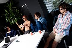 左から渡邊幸一(G, Cho)、たなしん(B, Cho)、金廣真悟(Vo, G)、ペギ(Dr, Cho)。
