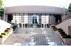 授業および実習が行われる日本工学院ミュージックカレッジ 八王子キャンパス内のホール。1000人収容が可能。