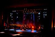 転換のリハーサルを行うコンサートPAコース、コンサート照明コース、コンサート舞台コースの学生。