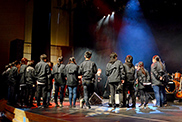 ミーティングを行うコンサートPAコース、コンサート照明コース、コンサート舞台コースの学生。