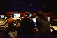 リハーサルを行うコンサートPAコースおよびコンサート照明コースの学生。